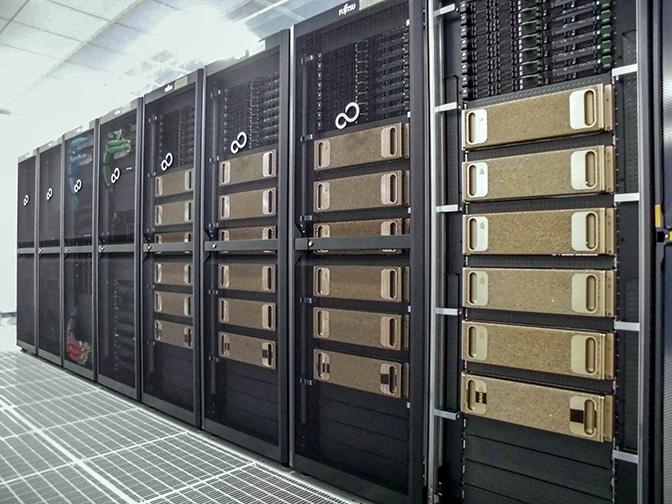 ラックに収めされた NVIDIA DGX-1 の写真