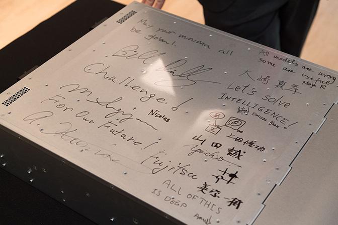 サインされた DGX-1 の写真