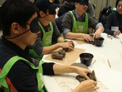 안대로 눈을 가린 채 협회의 미술교육 워크샵을 체험하고 있는 엔비디아 터치 비주얼 서포터즈 3기 학생들