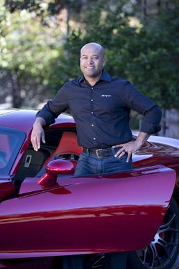 ラルフ・V・ギレス氏 - クライスラー社の上級副社長として製品デザインを統括するとともに、SRT(Street and Racing Technology)ブランドとモータースポーツを社長兼CEO